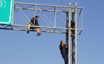İnşaat işçileri işaret levhalarına tırmandı